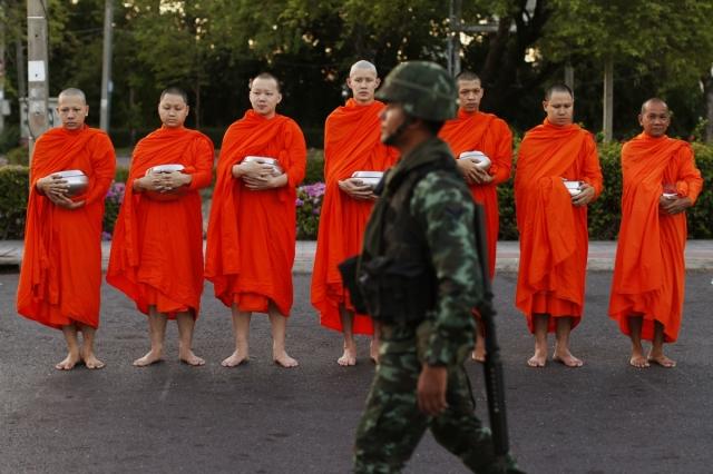 thai-buddhist-monks-line-road